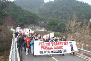 Més d'un centenar de persones fan la marxa a peu cap a l'estació de ferrocarrils de Capellades